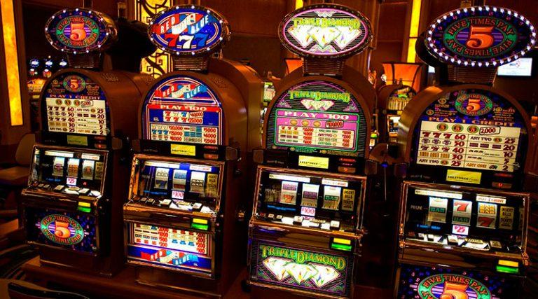 Какие игровые автоматы интереснее: онлайн-слоты или игры вживую?